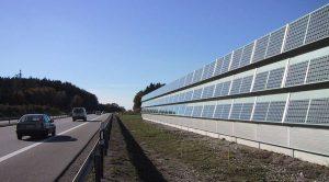 Шумозащита с фотоэлектрическими элементами на автомобильной дороге