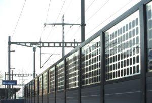 Шумозащита с фотоэлектрическими элементами на железной дороге