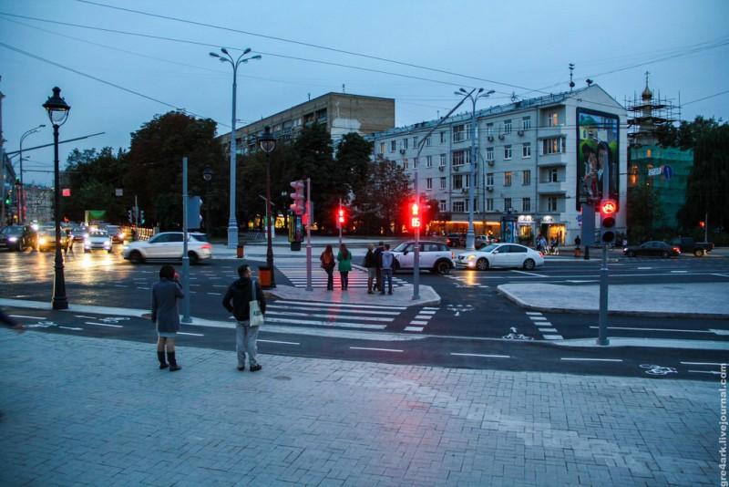 Использование направляющего островка в качестве островка безопасности для перехода через одну полосу движения. Москва. Площадь Никитских Ворот.