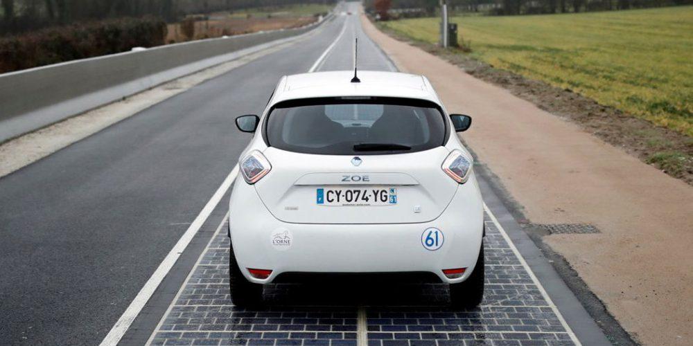 Во Франции открыли первый участок дороги с покрытием из солнечных панелей
