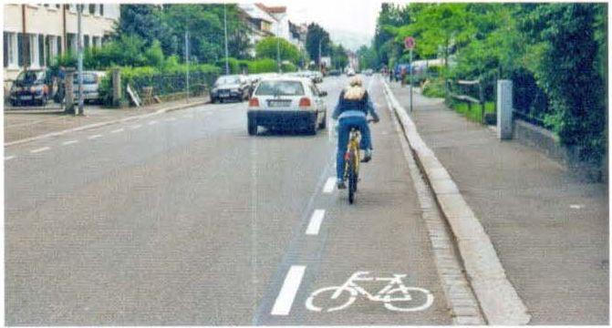 Районная улица на въезде с выделенной велосипедной полосой