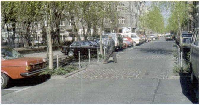 Улица в квартальной старой застройке с устройством мостовой на проезжей части в местах локальных сужений