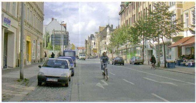 Улица в квартальной застройке времен основания города в качестве главной улицы