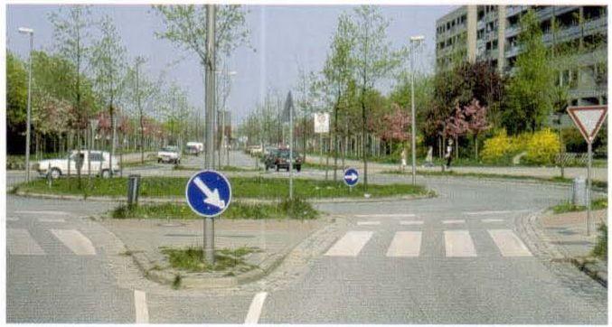 Круговое движение на коллекторной улице в большом заселенном районе