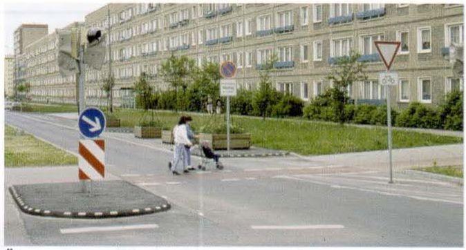 Переход для пешеходов и велосипедистов на коллекторной улице в большом заселенном районе