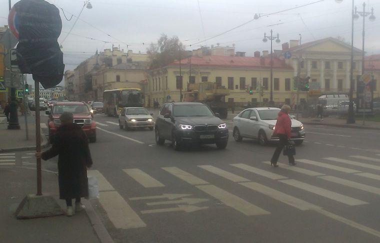 Переход пешехода через ОНПП вызывает задержки на светофорном объекте